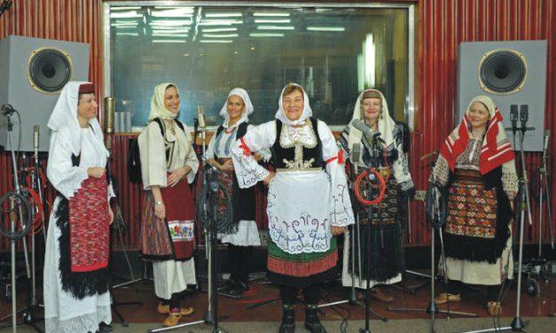 Olga Krasojević i Pjevačka družina Svetlane Spajić – Sa Rudnika soko krila vije (2015)